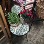 Stühle, Tische, Regale