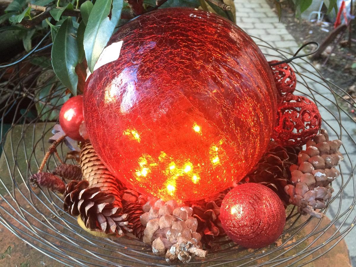 Weihnachtskugel in Rot, winterhart und schneetauglich